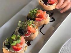 Bruchetas de tomate y salmón