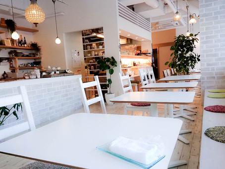 ステキな白インテリアのカフェ