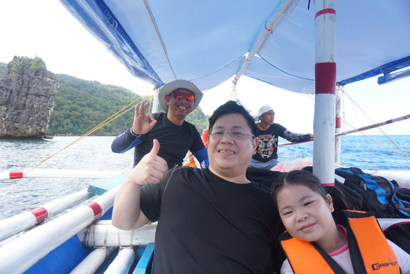 Daddy and daughter thumbs up on Calatrave island hopping tour in Romblon