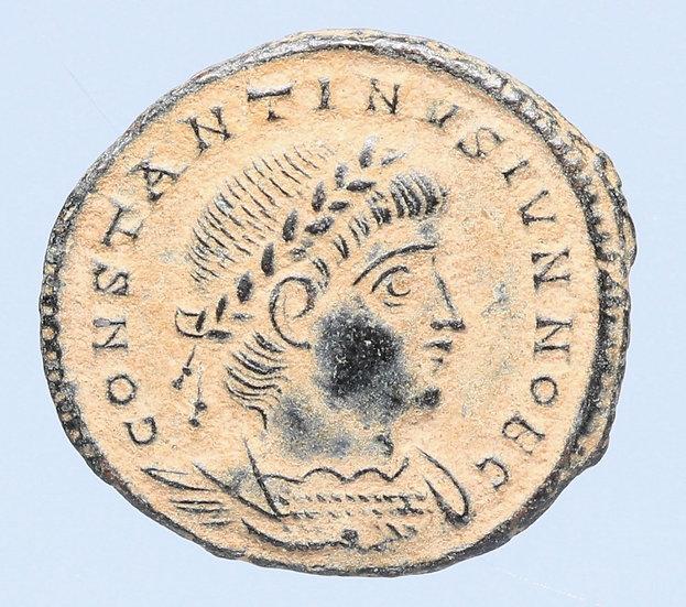 Moeda Romana de Constantino II César (330-335 dC). Cunhada na 5ª oficina da Anti