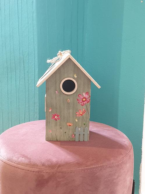 kleines Vogelhaus mit grüner Fassade und Holz Dach