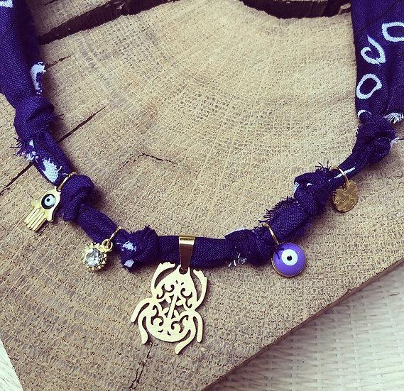 Collier violet médaille scarabée