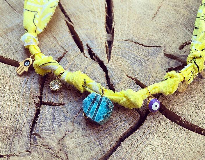 Collier jaune médaille scarabée
