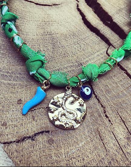 Collier vert/bleu médaille serpent