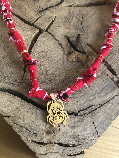 Collier rouge amulette scarabee