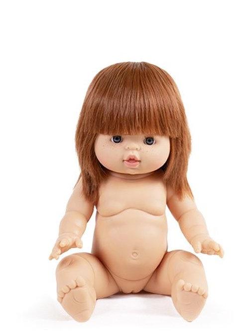 Capucine est une poupée en vinyle de 34cm qui sent bon la vanille.