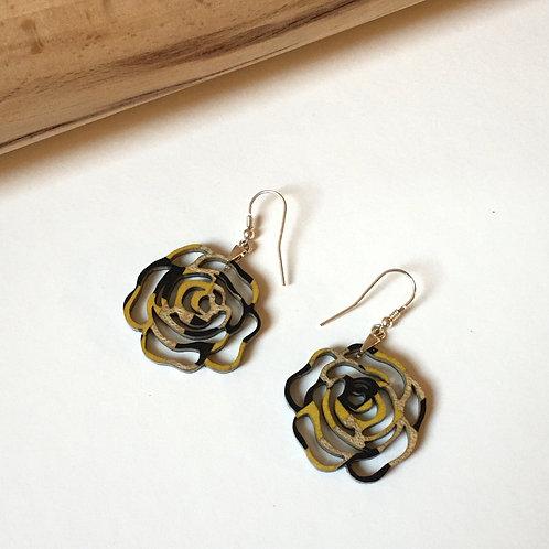 """Boucles d'oreilles """"Petite fleur"""" jaune et gris"""
