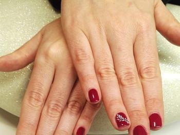 Manucure prune et nail art de détail