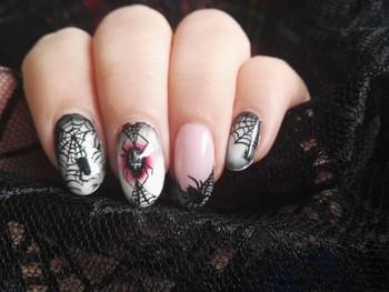 Nail art d'Halloween et son arraigné en relief