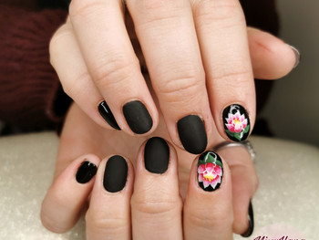 Nail art lotus sur fond noir