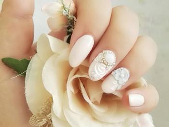 Nail art de mariage fleuri