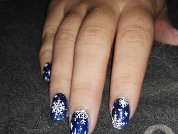 Nail art petits flocons lors d'une nuit d'hiver