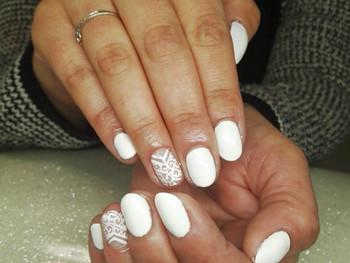 Nail art arabesques blanches modernes