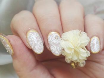 Nail art dentelle de roses et bijoux du Japon
