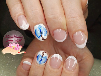 Nail art orchidée bleue sur french