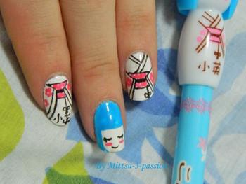 Nail art du Japon inspiré par un stylo Kokeshi