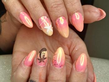 Nail art coquillage et palmier sur clientèle