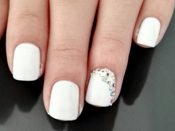 Nail art chic et strass en blanc