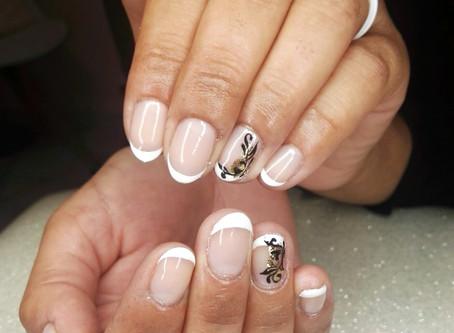 Nail art arabesque sur feuille d'or et french