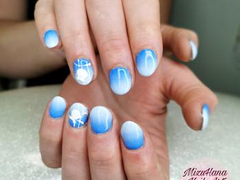 Nail art coquillage sur dégradé bleu