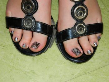 Grrr...des pieds... zébrés!
