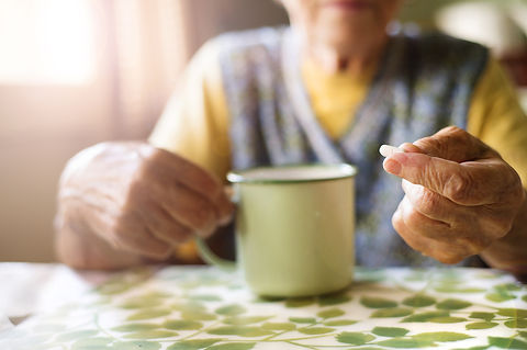 old-woman-taking-pills-PXS6CBU.jpg