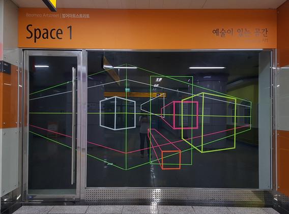 나인주 installation view     우주 속에 있는 물질과 에너지에 의해 시간과 공간이 휘어진다는 아인슈타인의 일반상대성이론과 타임머신과 같은 우주선을 타고 출발 이전의 시간으로 돌아갈 수 있다는 가능성을 얘기한 스티븐 호킹의 '시간의 여행'에 근거를 두어 시공의 서로 다른 영역들을 연결시켜주는 시공 속의 관(tube)인 '벌레구멍'의 이미지를 연출하고 있다.    컴퓨터의 2차원 영상으로 보는 3차원의 도면을 실제 공간 속으로 끌어내고자 하는 의도에서 시작하였으며, 형광라인의 색채는 루미나이트에 반응하여 형광을 내는데 물질의 반사색이나 투과색과는 다른 색조를 띠고 일반적으로 조사광 보다 파장이 길어 루미나이트의 관에서 발생하는 자외선의 자극을 통해 형광의 현상을 보여준다. 이 현상은 공간을 인지하기 어려워 원근법적 효과가 약해지며 상대적으로 착시효과를 더욱 높여준다. 이는 우리가 보이는 것과 보이지 않는 것에서 대한 믿음의 오류를 내포하고 있다.   - 작가노트