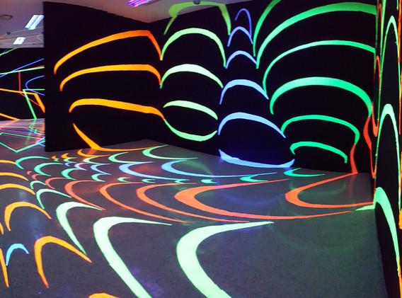 나인주, <Wormhole>, installation, 2018     학력 부산대학교 예술대학 미술학과 학사 및 동대학원 석사 졸업   전시 개인전 10회  2018 GS칼텍스 예울마루 기획전 '한여름 밤의 꿈' (예울마루, 여수) Asia contemporary Art Show (The Conrad Hongkong, 홍콩) 2017 Art Ulsan 2017 History & New (울산대공원 남문광장 야외 특별전시장, 울산) 젊은시각 새로운시선 1999-2017(부산시립미술관/부산) 2016 Autumn (갤러리 DOT, 울산)  두 도시 이야기(Kunst1 예술가방, 서울/168예술가방, 부산) 반가와요 동물친구들 (GS칼텍스 예울마루, 여수) 등 단체 및 기획전 130여회