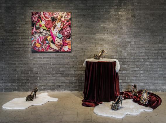 정주희 <packed age 4>, oil on canvas, 90*90cm, 2015 <The boats>, painted figure on high heels, 12*25*25cm, 2019