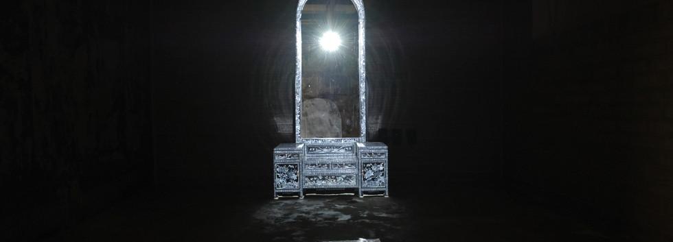 허이나 installation view  <거울아 거울아(Mirror Mirror)>, projection mapping, 자개 화장대, 아파트, 200*300*300cm, 2019