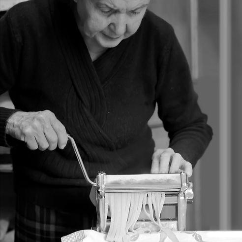 Ältere Frau, die Pasta