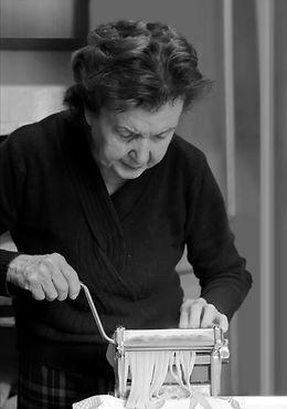 Mujer mayor que hace las pastas