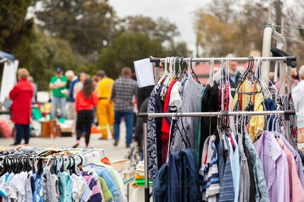 racks-of-clothes-at-car-boot-sale-market-austockphoto-000086011.jpeg
