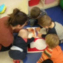Activité manuelle ludique avec les enfants des micro-crèches