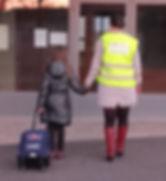 nos professionnel(le)s Des GarderieHome portent obligatoirement le gilet jaune pour assurer la sécurité de vos enfants lors des déplacements,sorties d'école,activités périscolaires des enfants