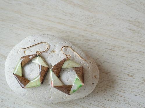 Hexagonal Design Origami Earrings 薄緑と木の折り紙の六角形デザインのピアス