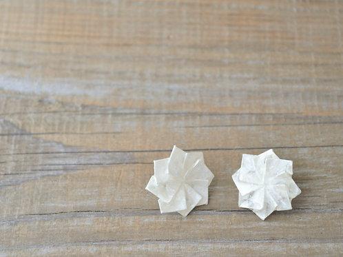 Origami Dahlia Stud Earrings コットンパールのダリアの折り紙スタッドピアス