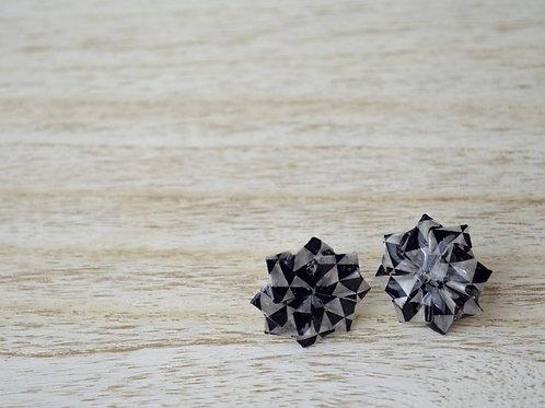 Black and white Origami Dahlia Stud Earrings モノクロ折り紙のダリアのスタッドピアス