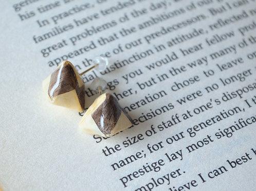 Fine Wood Pyramid Design Stud Earrings 木の紙の立体三角形のスタッドピアス