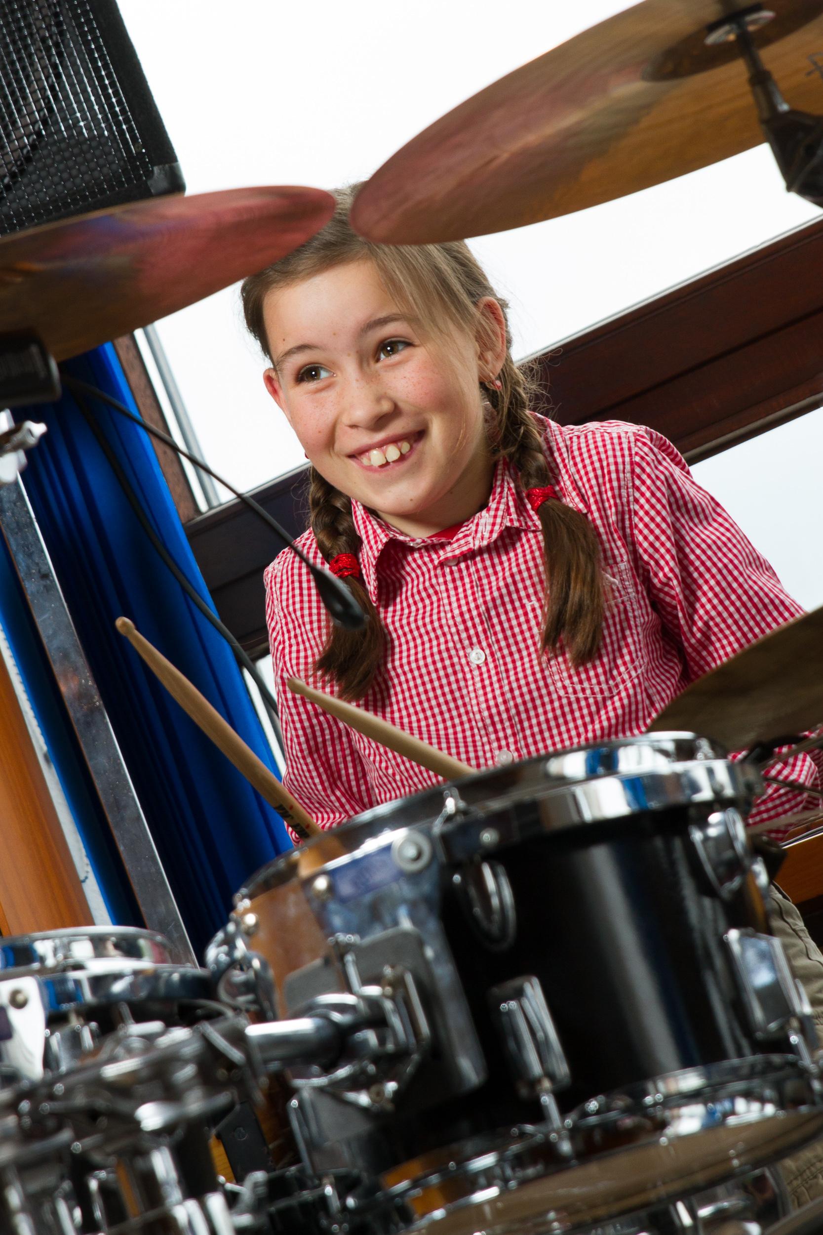 Schülerin beim Schlagzeugunterricht