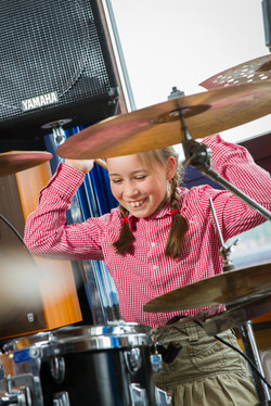 Schülerin beim Schlagzeug spielen