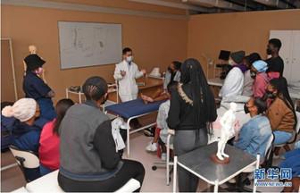 在这所非洲大学里,针灸成了热门课程!