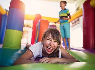 Kinder spielen im Hüpfburg