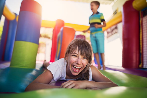 Crianças, tocando, bouncy, castelo