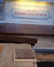 Sulla tomba di San Giovanni Paolo II