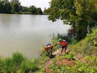Lungo il percorso Mestre - Comacchio, sosta per raccogliere l'acqua del fiume PO.