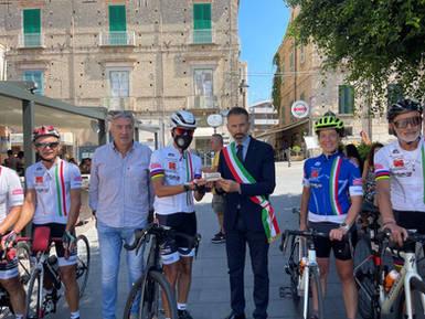 Il Mattone viene consegnato al sindaco di Tropea Giovanni Macrì