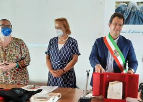 l'Assessore alla Viabilità e Trasporti  Renato Boraso  Comune di Venezia consegna il sasso della città di Venezia