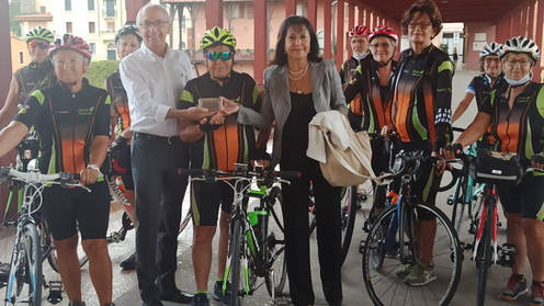 Partenza della staffetta da Bassano del Grappa a Mestre. Le cicliste del CIF di Rosà, assieme all'assessore Mariano Scotton e alla Capotappa Maria Nives Stevan Andolfato del CIF di Bassano del Grappa.