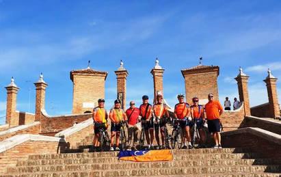 Il Mattone è arrivato a Comacchio, lungo il percorso le bisacce sono state arricchite con acqua del fiume PO, riso del Polesine, sale e un sasso di Comacchio.